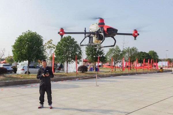 """蔡乐在参加""""极飞杯""""农用无人机挑战赛"""