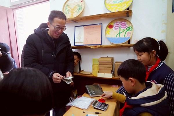 俞敏洪购买孩子们的手工作品