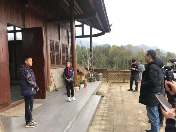 学生志愿者为来宾介绍学校建筑