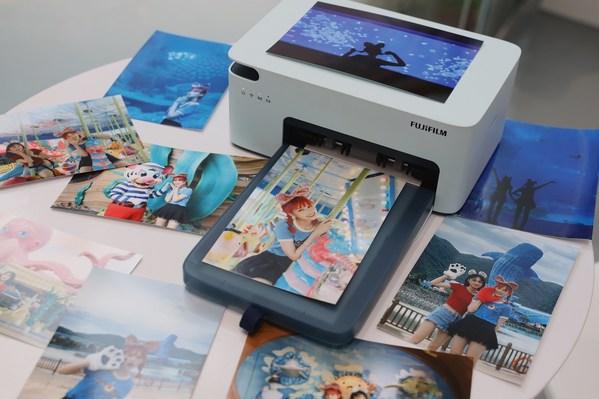 """富士胶片(中国)特别为""""幸福快乐在长隆-摄影大赛""""一等奖及二等奖提供了最新富士小俏印二代照片打印机,可随时随地轻松打印照片,分享欢乐时光"""