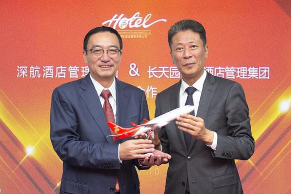 深航酒店管理公司向长天集团赠送深航机模祝贺签约成功
