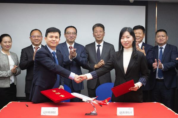 深航酒店管理公司副总经理兼财务总监刘涛(右)代表公司与长天园中源酒店管理集团总经理詹辉(左)签署合作协议