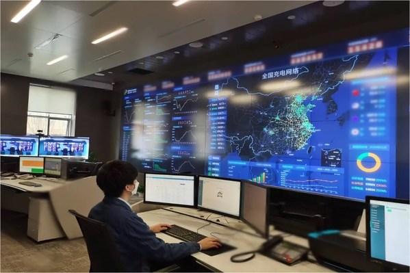国网电动汽车公司工作人员通过智慧车联网平台了解分析充电桩运行情况