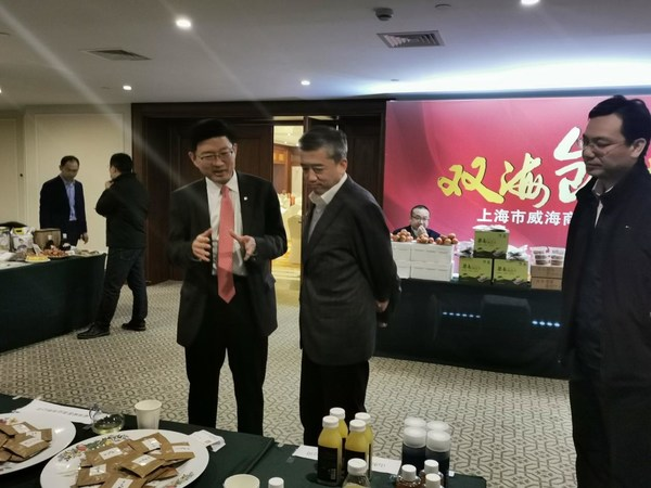 上海市威海商会名誉会长、格林酒店集团董事长徐曙光陪同上海市人民政府合作交流办公室副主任熊英参观威海农产品推介活动