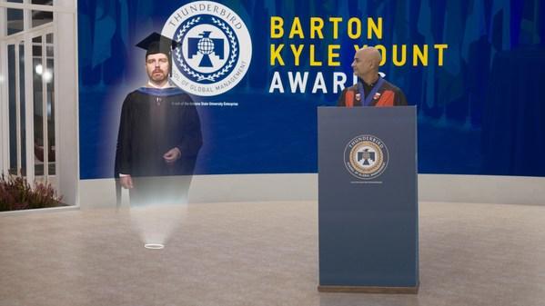 ASUのThunderbird School of Global Managementがバーチャルリアリティーで2020年卒業生を祝福