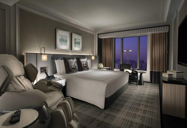澳門倫敦人酒店的溫莎套房面積達113平方米,裝潢優雅舒適,房內搭配精緻的布藝織物和陳設,盡顯寬敞典雅的高端英式住宿。