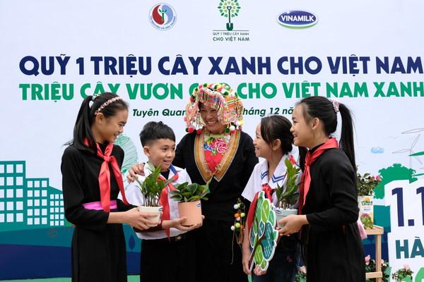 宣光省兒童興高采烈地參與「拿空牛奶盒換樹苗」活動