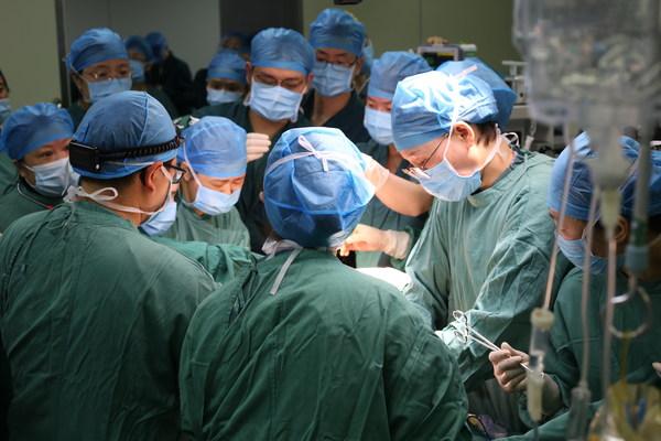 新生宝宝连着脐带补膈疝:宜昌首例产时胎儿手术在市一医院实施