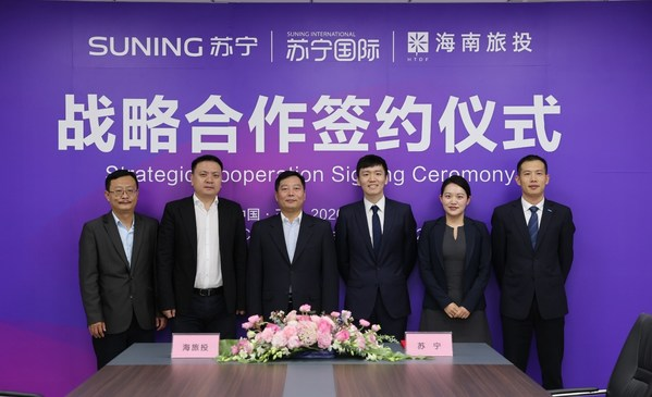 From left to right, Xian Guojiang, Director of the International Office, Hainan Tourism Investment; Xie Zhiyong, Chairman and General Manager of Hainan Tourism Duty-Free Goods Co; Chen Tiejun, Chairman of Hainan Tourism Investment; Steven Zhang, Vice President of Suning Group; Melody Jia, Strategy Director of Suning International, Suning Group, and Fan Huaiwei, General Manager of Hainan Suning.com