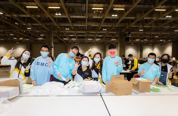 金沙中國及本澳社區的義工們合力製作衛生用品包。