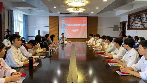 李锦记企业文化座谈会上,获奖师生与李锦记真挚交流