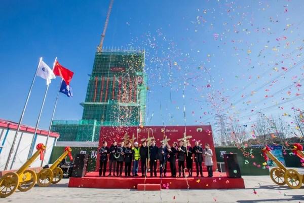 金唯智中国总部实验大楼喜封金顶