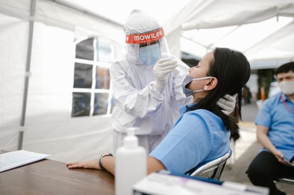 Karyawan PT Mowilex Indonesia melakukan test swab dengan Alat Uji Panbio Antigen Covid-19.