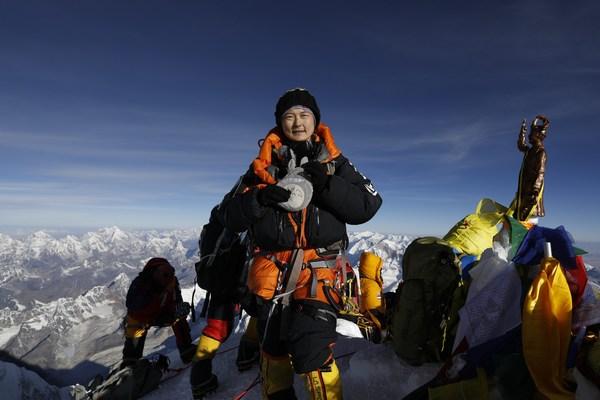 最快速度连登洛子峰及珠穆朗玛峰的女性
