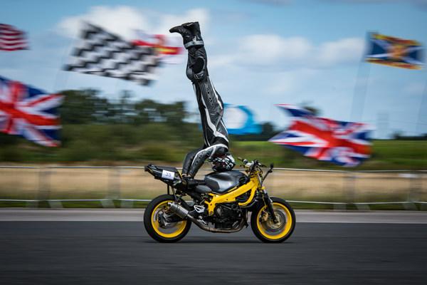 倒立骑摩托车的最快速度