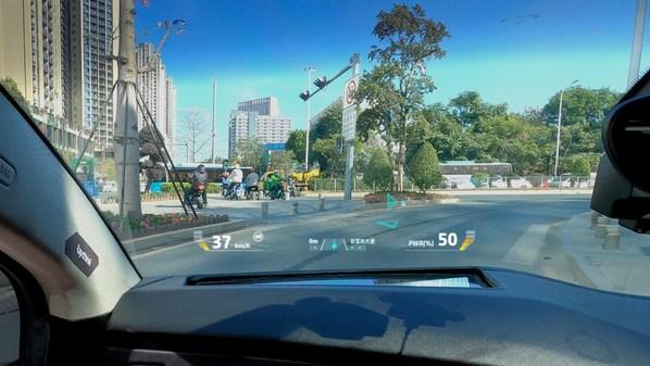 锐思华创的AR HUD显示产品结合ADAS多传感器环境感知、地图与导航、精准车道定位视觉辅助技术
