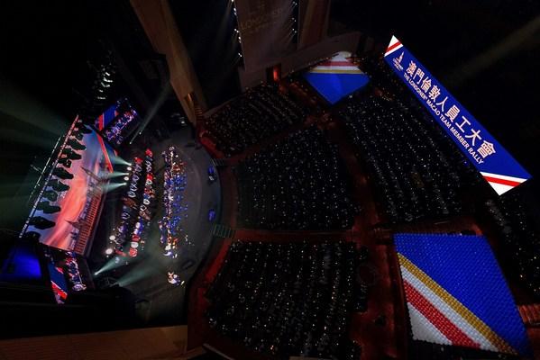 澳门伦敦人团队成员于周末在员工后勤区准备了近7,000 个气球,在大会上以澳门伦敦人的图案展示,寓意为澳门伦敦人打气并代表了团队成员的同心努力。