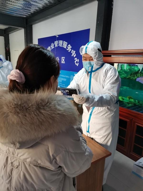 大家财险河北分公司重客一部负责人赵丽涛组织居民核酸检测