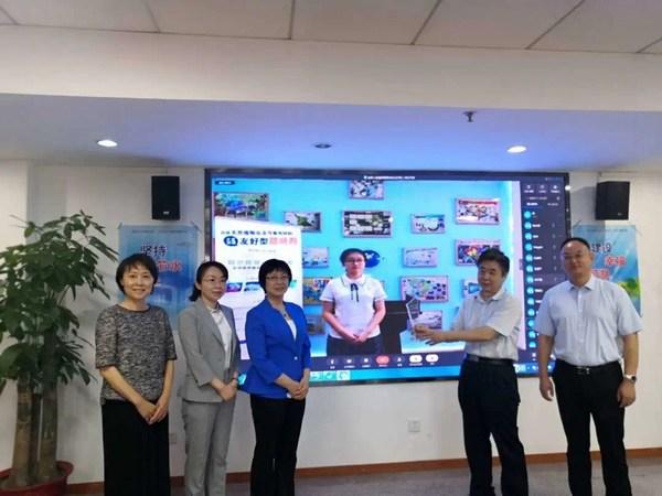 生态环境部宣传教育中心副主任何家振等领导给张宝心同学云颁奖