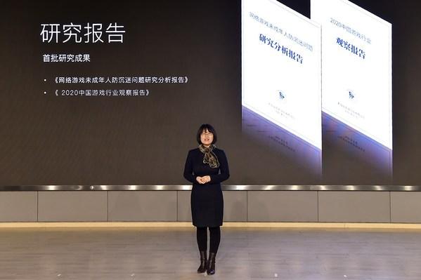 图为北京大学信息管理系主任张久珍在网络游戏研究院启动仪式上发布首批研究成果。 宋家儒摄