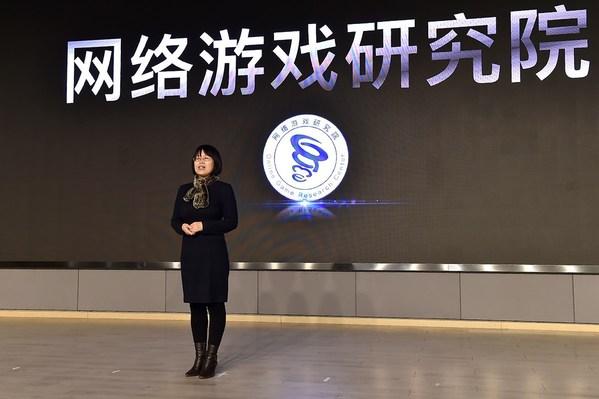 图为北京大学信息管理系主任张久珍在网络游戏研究院启动仪式上发布首批研究成果。摄影宋家儒