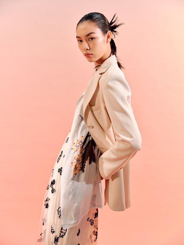 """时装与东方文化的交融碰撞 LILY跨界演绎齐白石""""好运年年""""系列"""