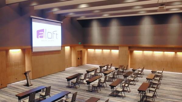Fasilitas MICE yang luas dengan plafon tinggi di Space Ballroom, Aloft South Jakarta.