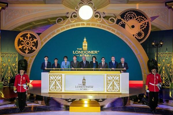一眾主禮嘉賓出席於周一在澳門倫敦人水晶金殿舉行的澳門倫敦人首階段揭幕典禮。