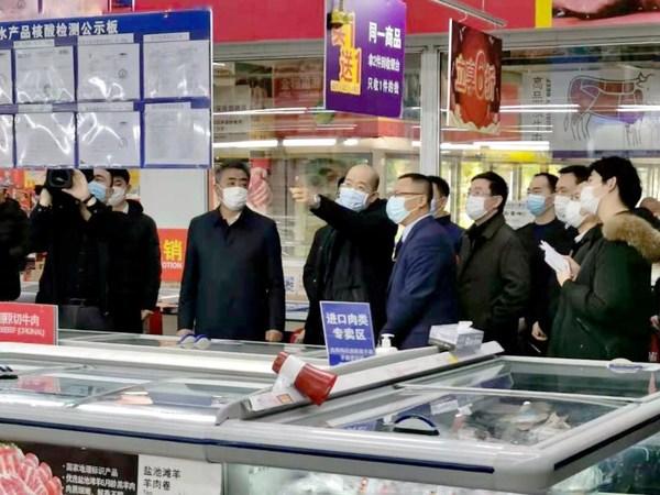 谭作钧书记在进口冷链食品柜台调研