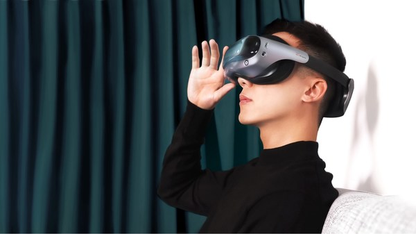 Pegatron and 3M have teamed up to develop a new Virtual Reality reference design headset with a folded optics lens. A new curved lens includes 3M's proprietary reflective polarizer for high resolution, high transmission and a wide field of view enabling a thinner, lighter-weight design. The result is a VR experience with great resolution and an immersive experience.