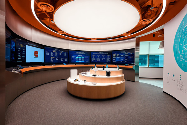 """HUAWEI DIGIX Lab @ Singapore's """"Experience Zone"""" showcases Huawei all-scenario products. Developers, partners, and tech enthusiasts can look forward to a series of Residency Programmes like developer workshops, knowledge sharing sessions, and onsite consultation with tech experts hosted by Huawei online and offline."""