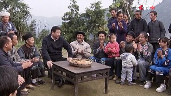 Foto Presiden Xi Jinping bersama para warga di wilayah terbelakang