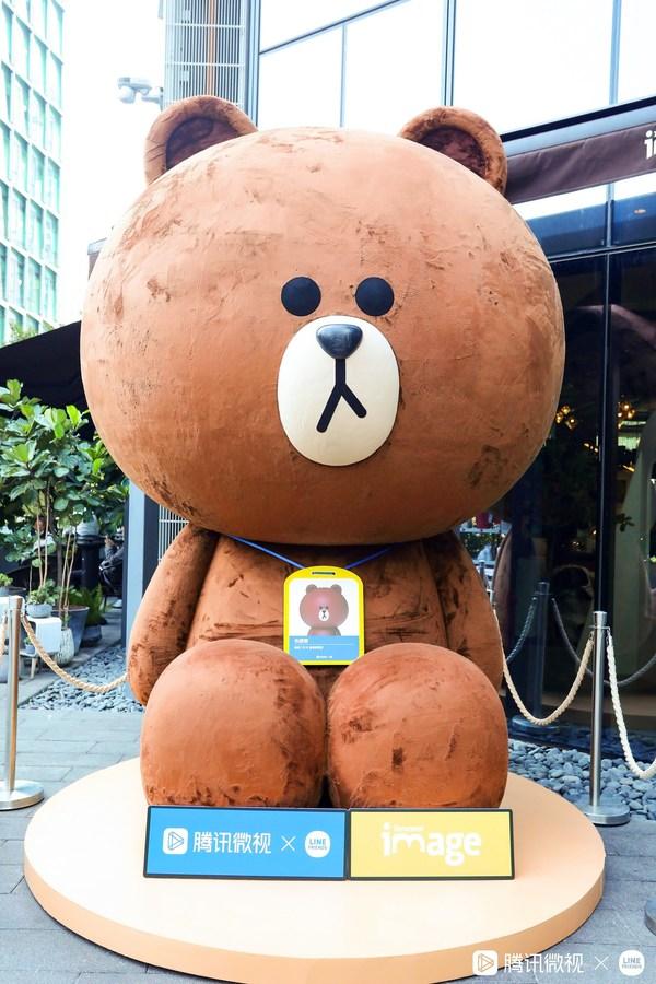 LINE FRIENDS 巨型布朗熊雕塑空降深圳腾讯总部