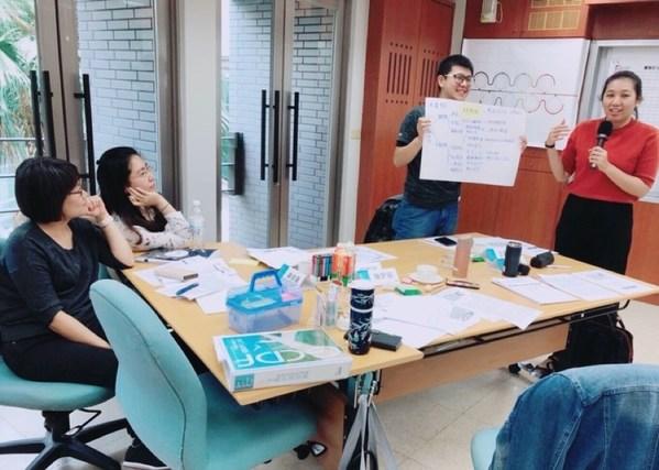 圖為薪鑫科技顧問有限公司,創辦人暨執行長 陳賢容 在職涯課程中針對個案進行解說與可行性職涯策略分析。