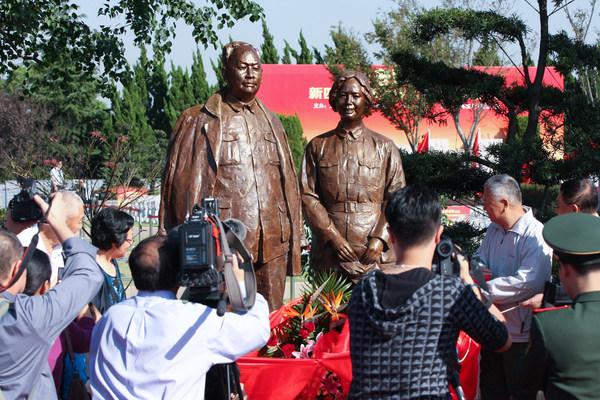 2013年陈毅元帅夫妇纪念像在上海福寿园揭幕