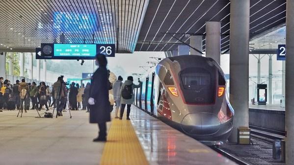 四川省轨道交通产业形成全产业链格局,图为奔驰于成渝两地间的高铁列车