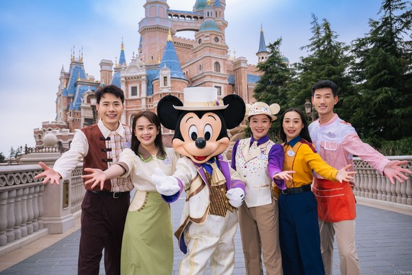 演职人员翘首以待,与游客、粉丝和迪士尼朋友们共同欢庆度假区的 5 岁生日