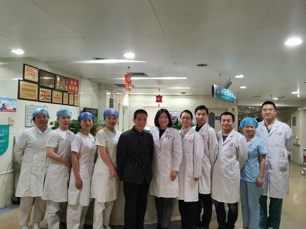 患者出院前与陶凌教授等医护人员合影
