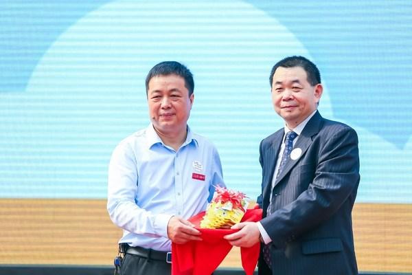 中华口腔医学会副会长郭传瑸(右)向学校赠送口腔护理用品
