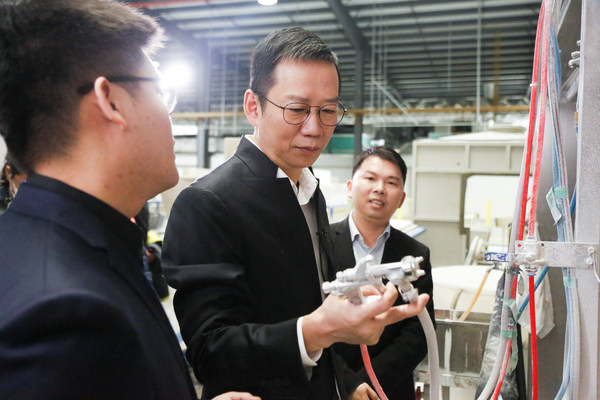 """Wu Xiaobo, business writer and the """"product recommender"""" of Chinese brands and domestic products, joined by Lin Xiaowei, JOMOO vice president, visit the 5G smart factory of JOMOO"""