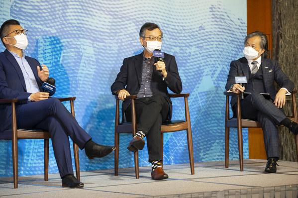 """(左起)香港资讯科技联会会长邱达根先生、行政会议成员林正财医生,及应科院署理联席行政总裁兼首席营运总监司徒圣豪博士于以""""一个由科技打造可持续未来会是什么模样""""为主题的第二个小组研讨会分享见解。"""