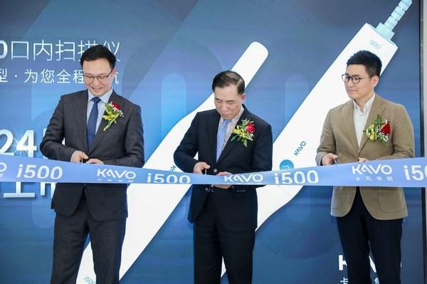 左起:卡瓦集团KAVO Kerr事业部总经理徐晓东先生、黄远亮教授、美迪特中国总经理李英齐先生在启动仪式上为口扫新品i500剪彩