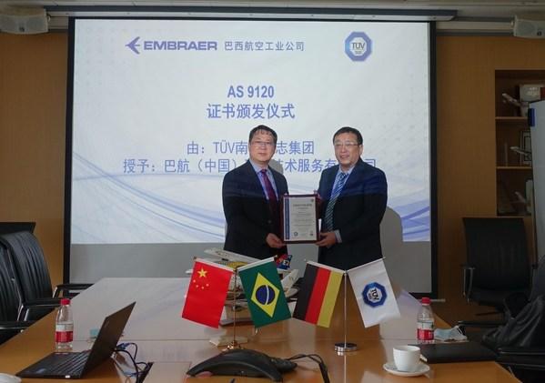 TUV南德田伟先生(右)向巴航工业许世新先生颁发AS9120证书