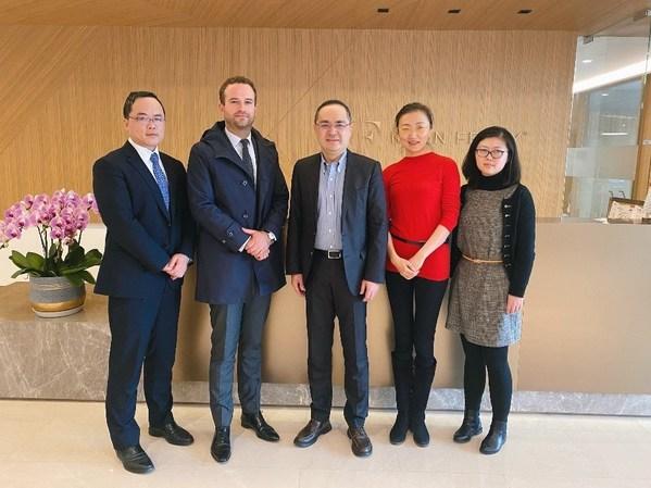 法国SKEMA商学院中国校区校长杜睿天(左2)与光辉国际中国区总裁陈兆丰(左3)