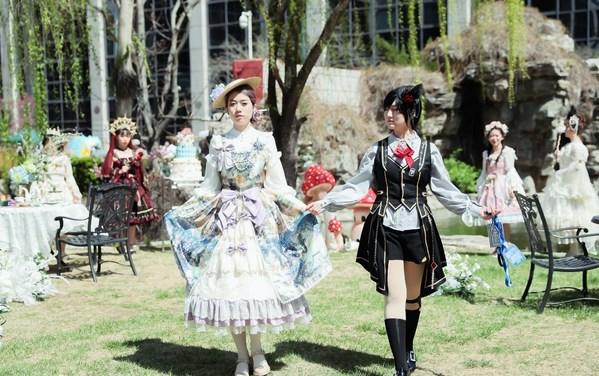 洛丽塔文化爱好者在北京凯宾斯基饭店花园进行服饰展示