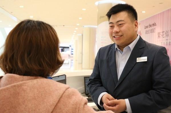 來自瀋陽皇城恒隆廣場的牛路旭獲頒2020年度「綠寶石客戶服務獎」。他以開明的處事方式成功幫助顧客,秉持恒隆「以客為尊」服務宗旨
