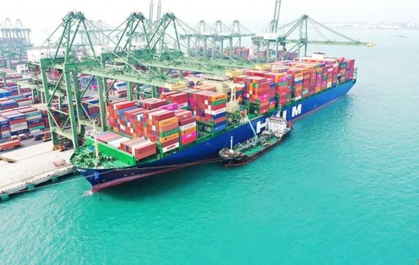 HMM 누리호가 싱가포르항에서 화물을 가득 채우고 유럽 출항을 준비하고 있다.