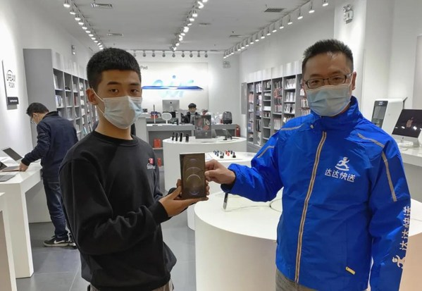 A Dada Now rider collected the mobile phone at the authorized reseller store
