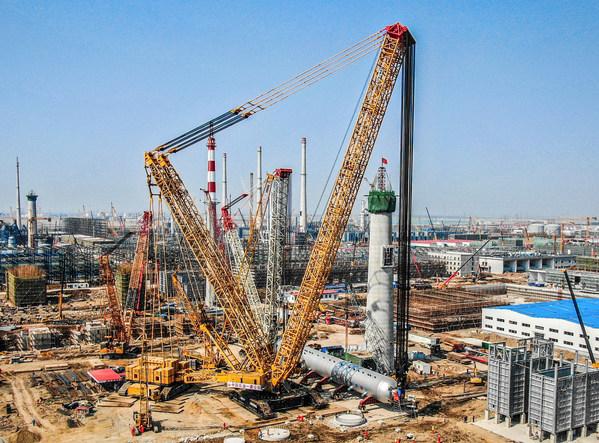 クレーン能力記録破り:XCMGのクローラークレーンXGC88000が中国で予定より10日早く2600トンの水素化反応器の設置完了