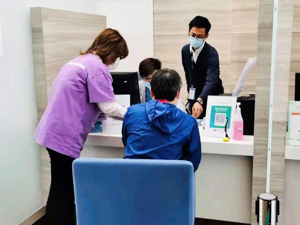 中智小语种志愿者陪同外籍高管进行接种前问诊
